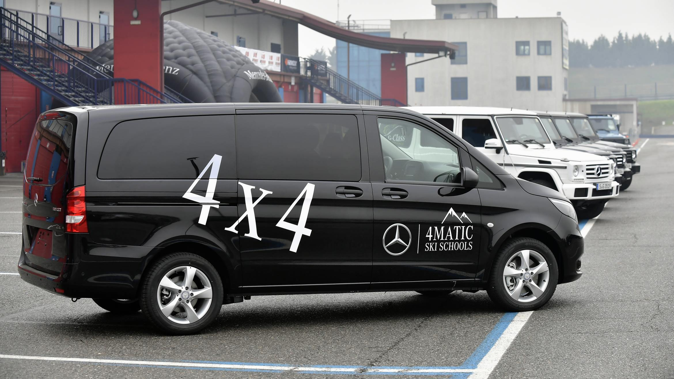 mercedes benz vito 4x4 sulle piste con le scuole italiane di sci. Black Bedroom Furniture Sets. Home Design Ideas