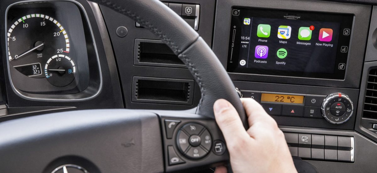 iPhone®-Integration im Mercedes-Benz Lkw mit Apple CarPlay™  ;  iPhone® integration in Mercedes-Benz truck with Apple CarPlay™;