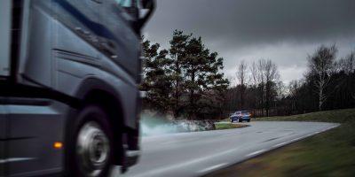 """Volvo Connected Safety: il sistema che fa """"parlare"""" tra loro i camion e le auto"""
